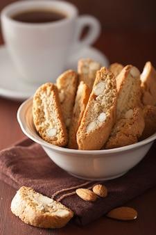 Biscotti e caffè italiani tradizionali dei cantuccini