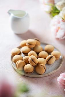 Biscotti italiani tradizionali baci di dama sull'immagine rosa, messa a fuoco selettiva