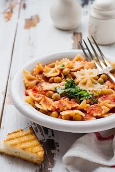 Piatto tradizionale italiano, zuppa di pesce, minestra, pasta servita nel vecchio piatto sulla vecchia superficie di legno. stile rustik. vista dall'alto.