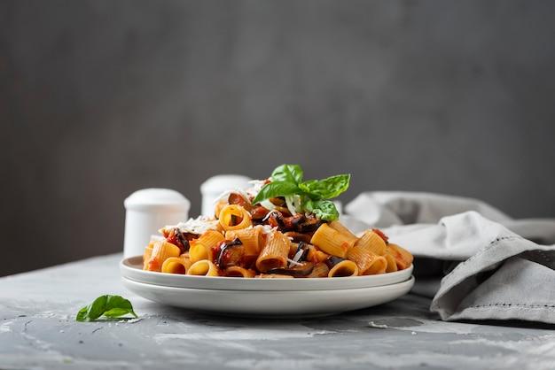 Piatto tradizionale italiano alla norma