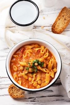 Pasta italiana tradizionale del piatto, fuoco selettivo