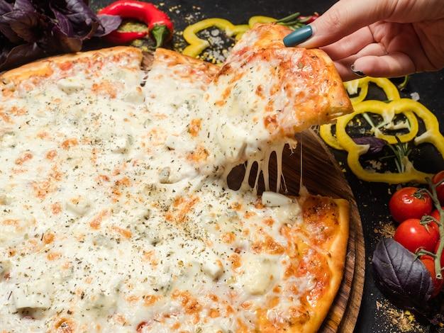 Cibo tradizionale italiano. deliziosa fetta di pizza con formaggio fuso