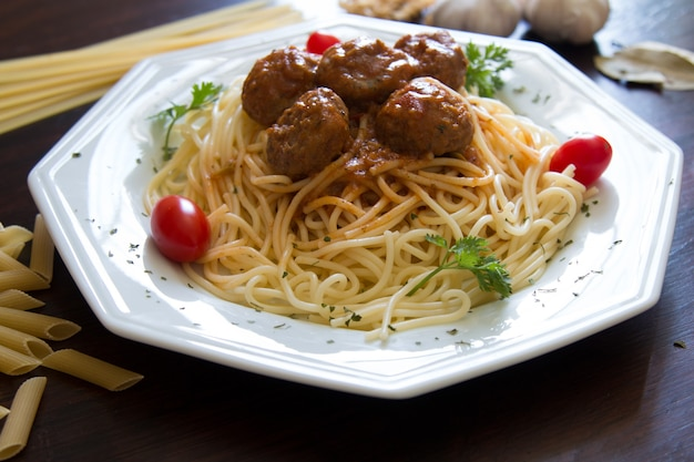 Piatto di cucina tradizionale italiana con pasta e polpette.
