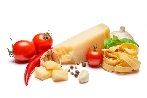 Prodotti tradizionali italiani - pasta, parmigiano, pomodori