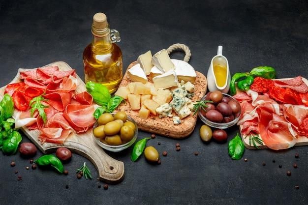 Prodotti tradizionali italiani - prosciutto crudo o prosciutto spagnolo, formaggio, olive