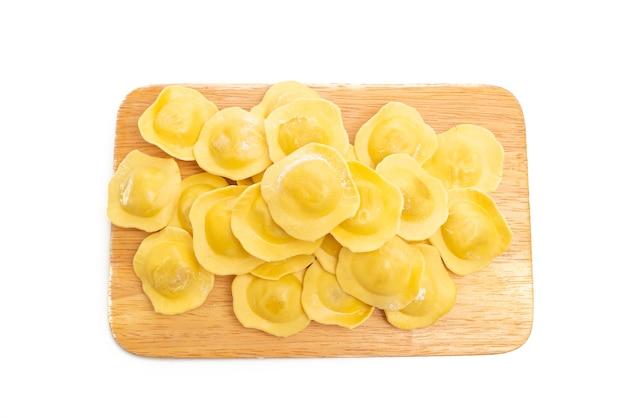 Pasta italiana tradizionale dei ravioli isolata