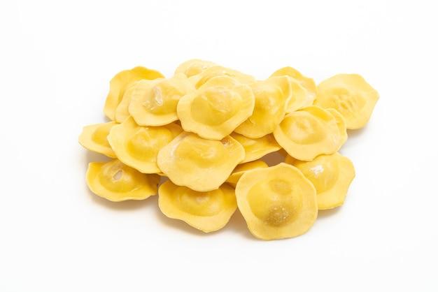 Ravioli italiani tradizionali su bianco