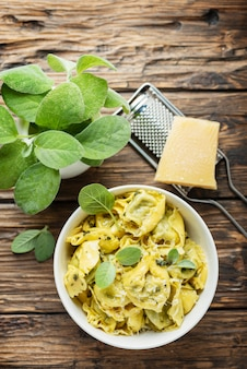 Raviolli tradizionali italiani con salvia