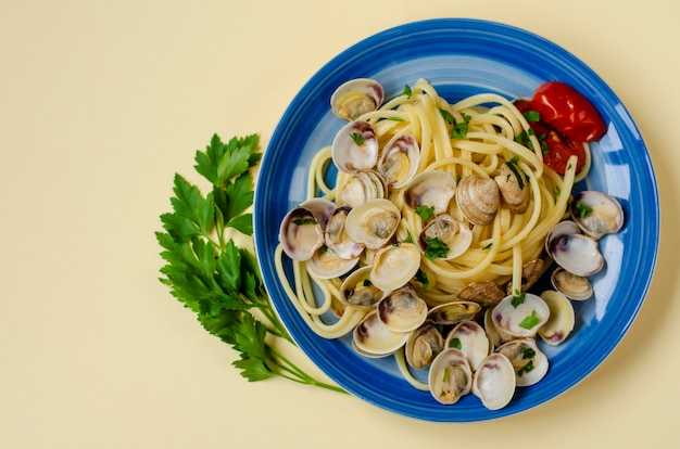 Concetto di pasta italiana tradizionale di pesce. spaghetti con vongole veraci o shelfish, pomodoro e prezzemolo
