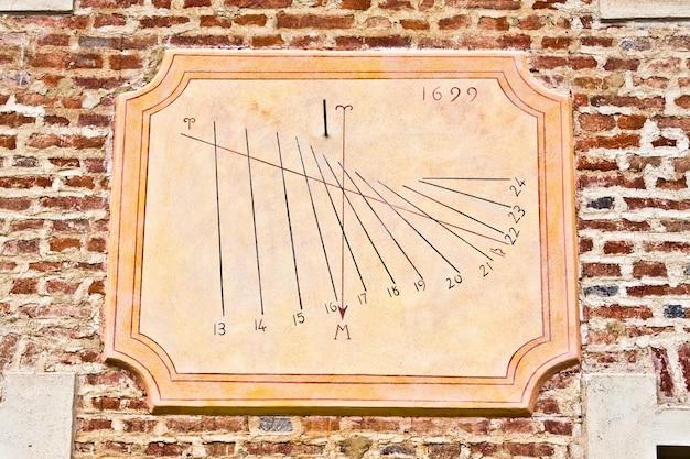 Meridiana tradizionale italiana, un buon simbolo di tutto ciò che riguarda il tempo