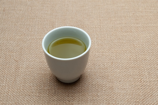 Tè verde giapponese tradizionale isolato su iuta