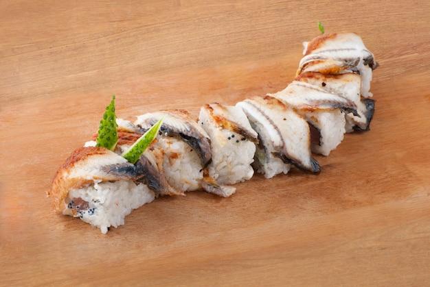 Sushi tradizionale giapponese con anguilla su piatto di legno