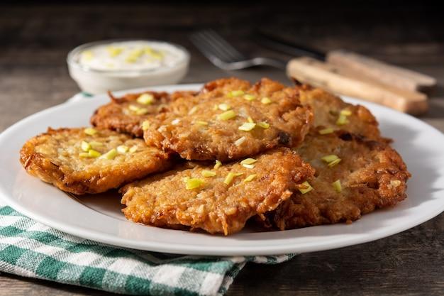 Frittelle ebraiche tradizionali o frittelle di patate sulla tavola di legno