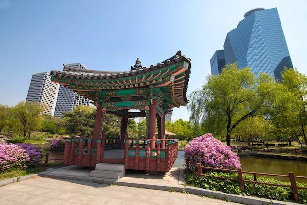 Casa coreana tradizionale nel parco a seoul, korea