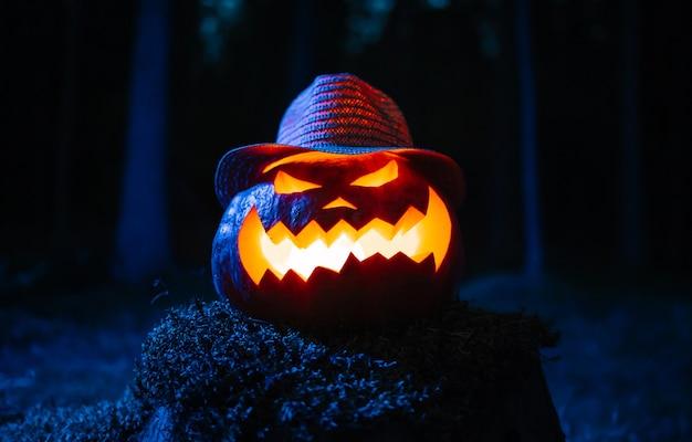 La lanterna tradizionale prende la testa in un cappello durante una vacanza sullo sfondo del concetto di foresta hallowe...