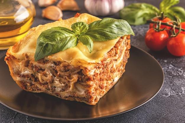 Lasagna tradizionale a base di ragù bolognese di manzo tritato e besciamella condita con foglie di basilico.