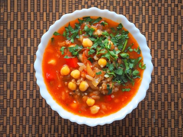 Zuppa di pomodoro tradizionale del maghreb, marocchino e algerino harira. cibo ramadan. cucina ebraica tradizionale.