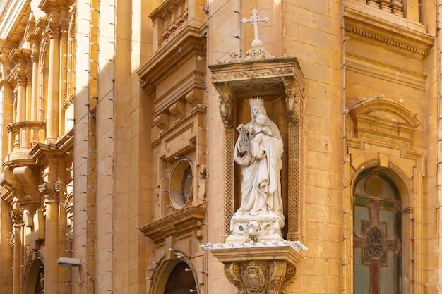 La tradizionale strada maltese con angoli di case, decorata con statue di santi a la valletta, capitale di malta