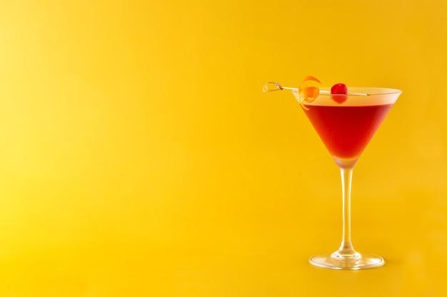 Cocktail tradizionale di manhattan con ciliegia