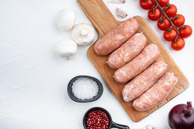 Salsicce tradizionali, piatte, su sfondo bianco.