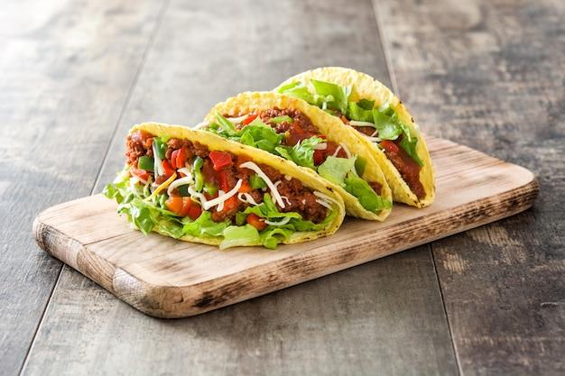 Taci messicani tradizionali con carne e verdure su di legno