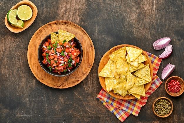 Salsa di pomodoro tradizionale messicana salsa con nachos e ingredienti pomodori, peperoncino, aglio, cipolla