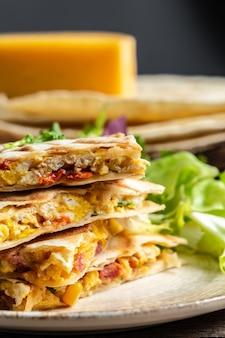 Tortillas messicane tradizionali con quesadilla con uova strapazzate, verdure, prosciutto e formaggio