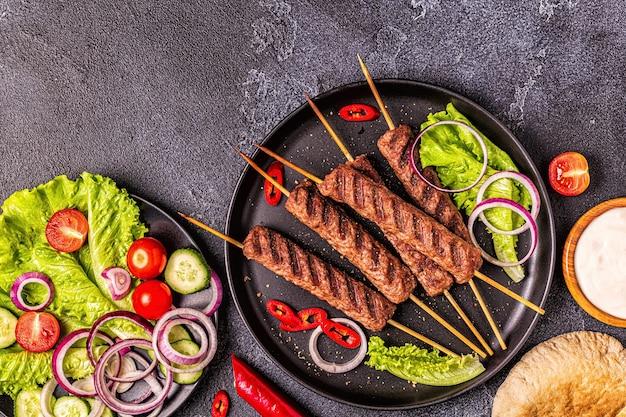 Kebab di carne tradizionale medio orientale arabo o mediterraneo