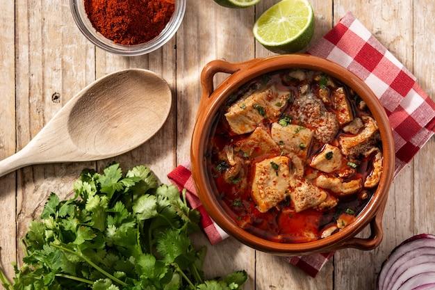Zuppa tradizionale mondongo o el menudo sulla tavola di legno