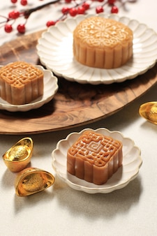 Tradizionale mooncake yuebing mid autumn festival su sfondo chiaro