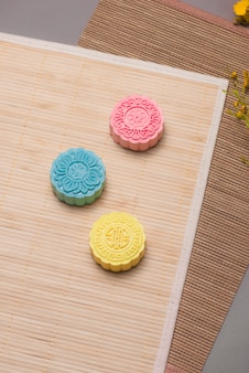 Mooncakes tradizionali sulla tavola. torte lunari con la pelle innevata. cibi cinesi del festival di metà autunno.