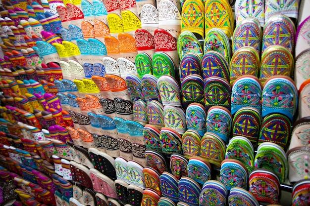 Tradizionali pantofole marocchine scarpe in un negozio