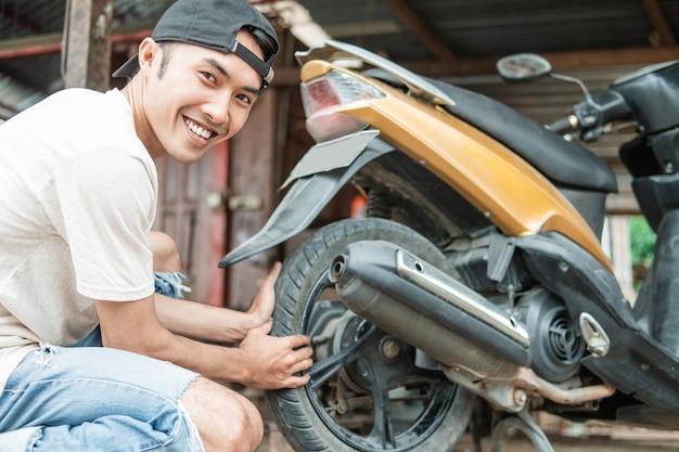 Riparazione tradizionale di pneumatici per motocicli in indonesia
