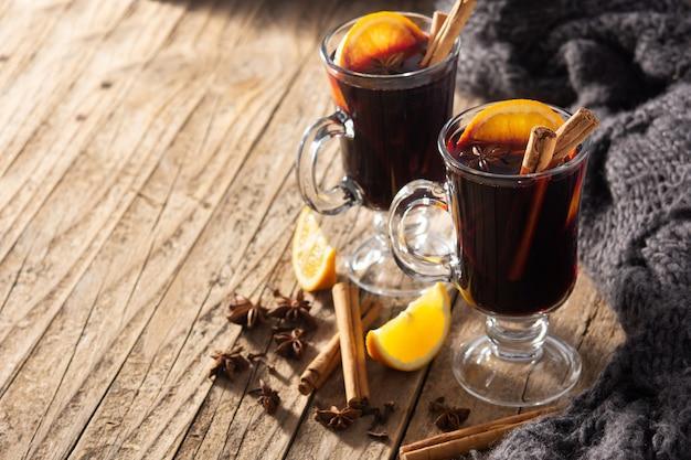 Vin brulè tradizionale con spezie sulla tavola di legno