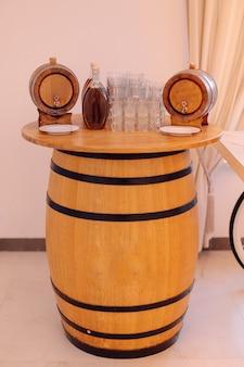 Bar nazionale tradizionale con forti bevande alcoliche, realizzato a forma di botte grande. ricreazione e viaggi. alcool locale. eventi festivi. servizio in hotel del villaggio. turismo alcolico.