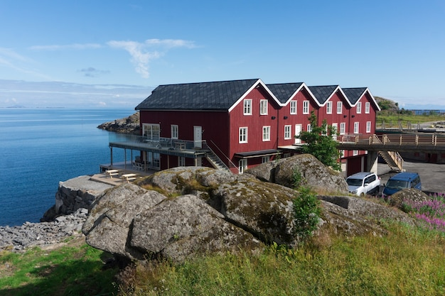 Case rosse norvegesi tradizionali sul mare, arcipelago delle lofoten, norvegia
