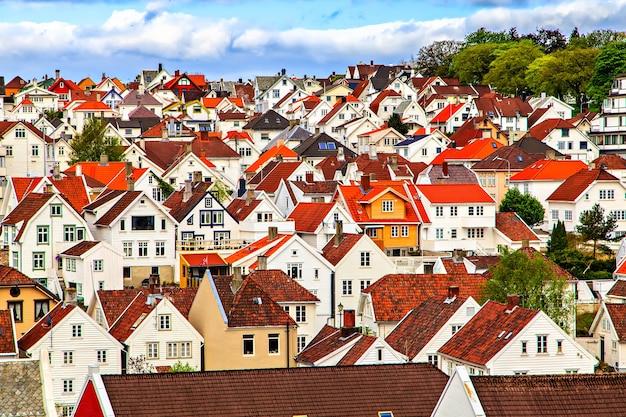 Città tradizionale norvegese con case costruite vicine l'una all'altra