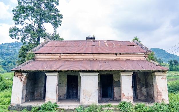 Tradizionale vecchia casa danneggiata a kathmandu in nepal