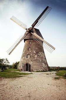 Vecchio mulino a vento olandese tradizionale in lettonia. araisi win mill a vidzeme.