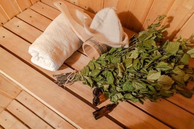 Tradizionale russo antico stabilimento termale concetto interni dettagli sauna finlandese bagno di vapore con tradi...