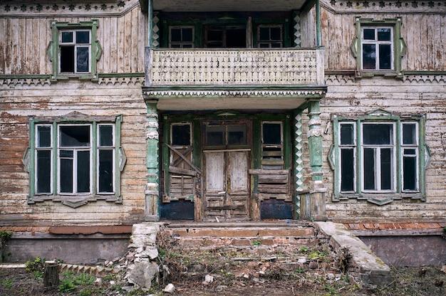 Vecchia casa abbandonata di legno tradizionale.