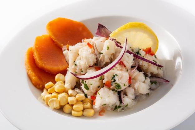 Ceviche peruviano tradizionale con pesce, patate dolci, mais e verdure