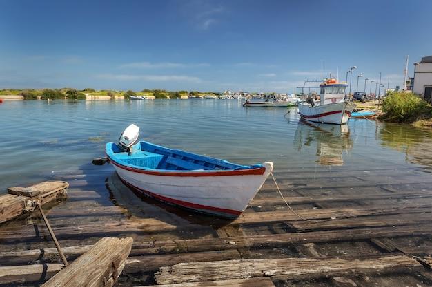 Una barca tradizionale portoghese con un motore sul molo.