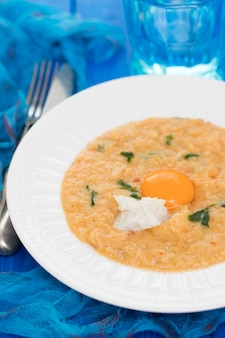 Pane tradizionale portoghese piatto con acorda di pesce sul piatto Foto Premium