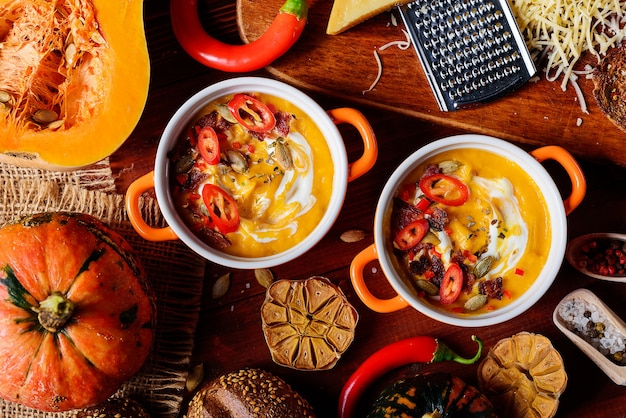 Tradizionale zuppa di crema di zucca in stile rustico. concetto di mangiare sano.