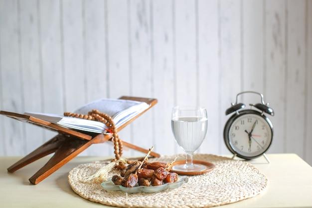 Tradizionale pasto di ramadan e iftar sul tavolo