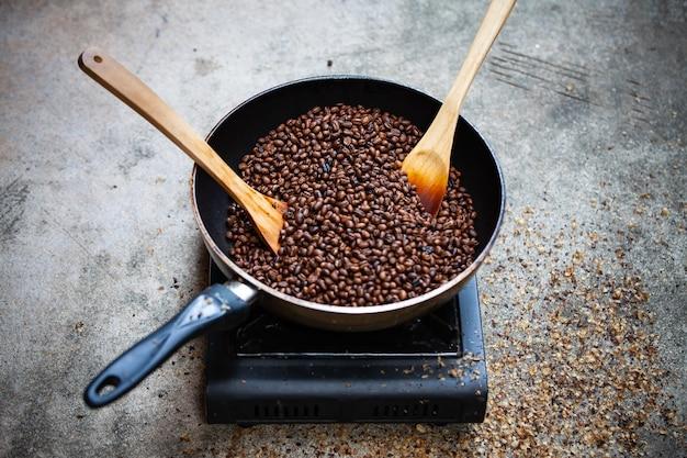Torrefazione tradizionale del caffè a casa