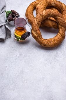 Simit di bagel turco tradizionale rotondo con sesamo