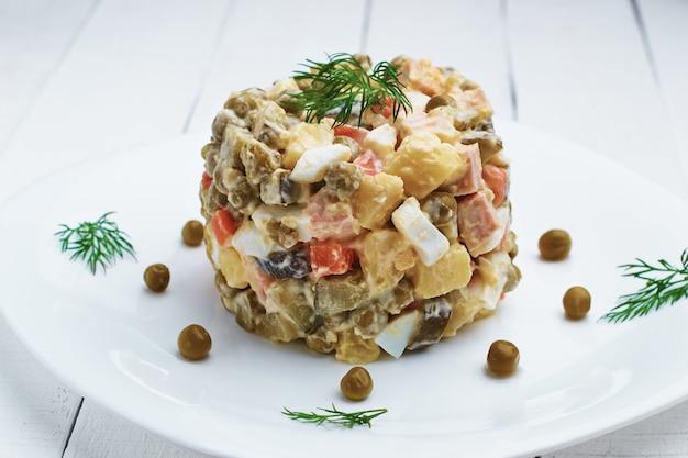Insalata tradizionale russa di natale e capodanno olivier con verdure e carne