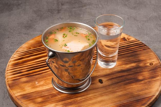 Zuppa di pesce tradizionale russa con lucioperca salmone e vodka